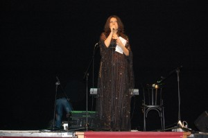 Hevi DIlara presenta la serata al Teatro Valle Occupato